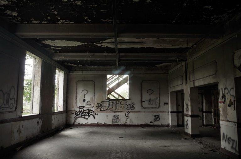 Verfallenes Gebaeude mit Graffiti an den Waenden